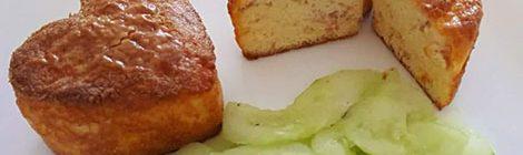 Ei muffins met een zoetzure komkommersalade. Dit recept past perfect in een koolhydraatarm dieet.