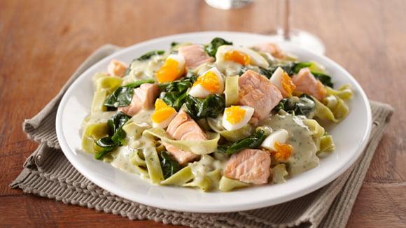 Eieren met zalm en spinazie. Ideaal tijdens een koolhydraatarm dieet.
