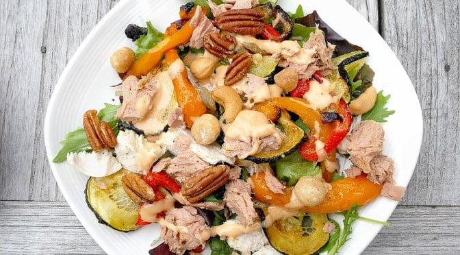 Koolhydraatarme salade met tonijn en groenten
