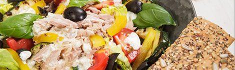 Mediterrane salade met tonijn & yoghurtdressing