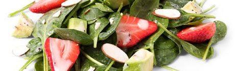 Koolhydraatarme spinazie salade met aardbei en peer